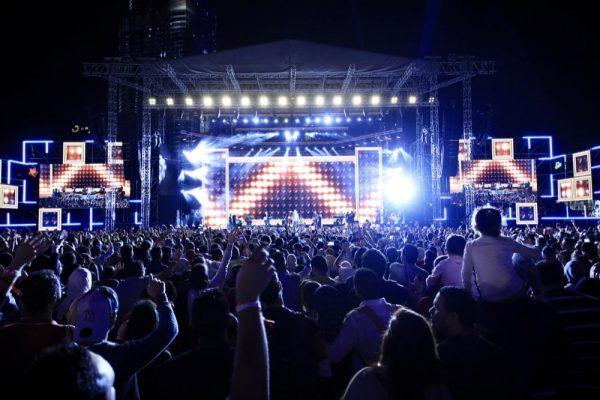 حفل الافتتاح تضمن عروضاً مبهرة للأضواء والليزر والألعاب النارية وحفلات غنائية لأبرز النجوم