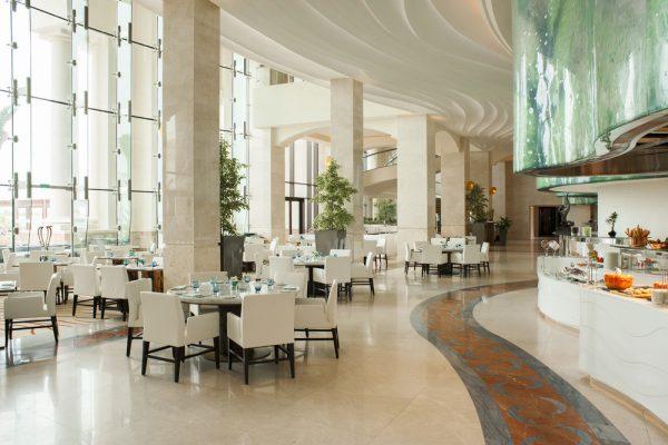 """احتفلوا بأشهى مذاقات المطابخ العربية والعالمية في مطعم """"أوليا"""" بمنتجع سانت ريجيس السعديات"""