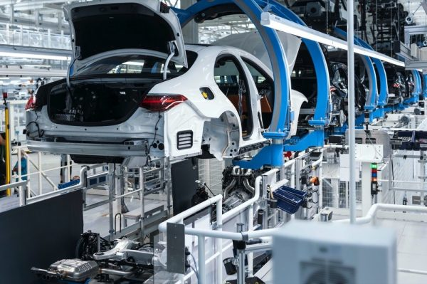 """تعلن عن افتتاح """"مصنع 56"""" رسمياً وبدء إنتاج سيارة S-Class الجديدة"""