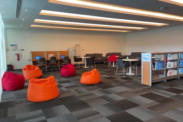 جامعة أبوظبي تدشن مركزاً تعليمياً للطلبة المتطوعين تحت شعار (واجب علينا)