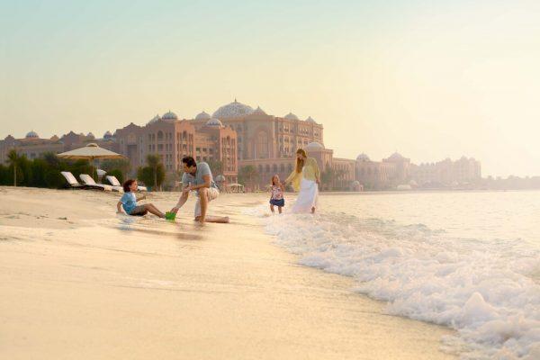 إستمتعوا بأروع الاجازات الصيفية في قصر الإمارات  القصر يوفر لضيوفه 50 خيارًا لتجربة إقامة ملكية مع أطباق ومشروبات مزدانة برقائق الذهب 